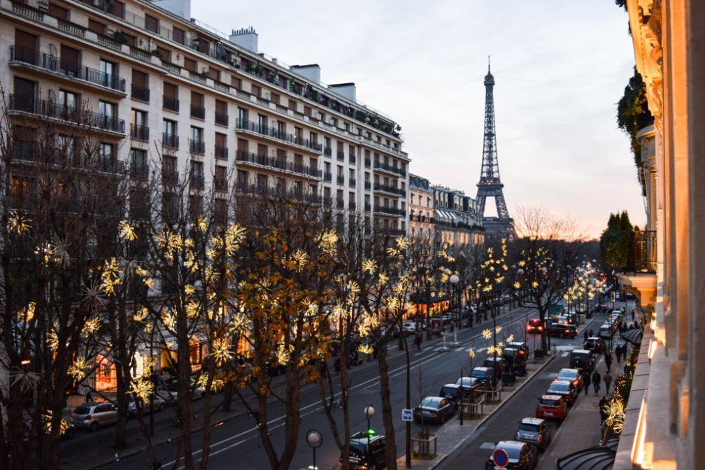 Le Plaza Athénée, installé avenue Montaigne offre des vues sur la Tour Eiffel, comme ici depuis la suite 215 © Yonder.fr