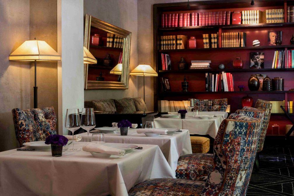 À l'intérieur, une salle à manger dans l'ancien salon-bibliothèque de l'hôtel © DR