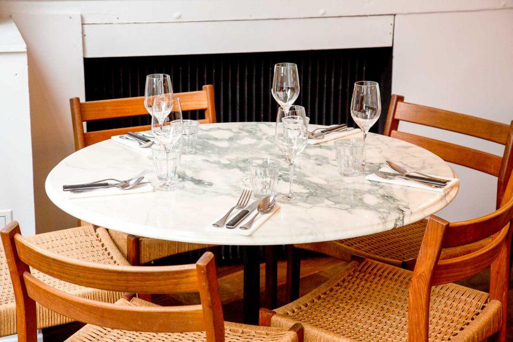 Le mobilier du restaurant est dépareillé, dans un style faussement négligé © Robert