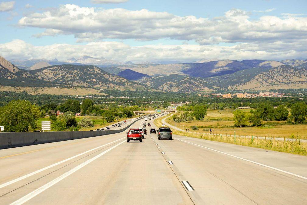 Sur l'autoroute depuis Denver en direction d'Estes Park, à quelques kilomètres de l'une des entrées du parc © YONDER.fr
