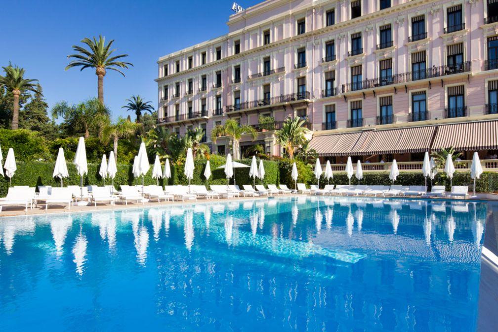 Le Royal Riviera, hôtel 5-étoiles membre des Leading Hotels of the World, dispose d'une vaste piscine extérieure chauffée © Royal Riviera