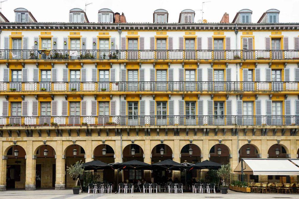 La Place de la Constitution, centre névralgique de Parte Vieja, la Vieille Ville © YONDER.fr