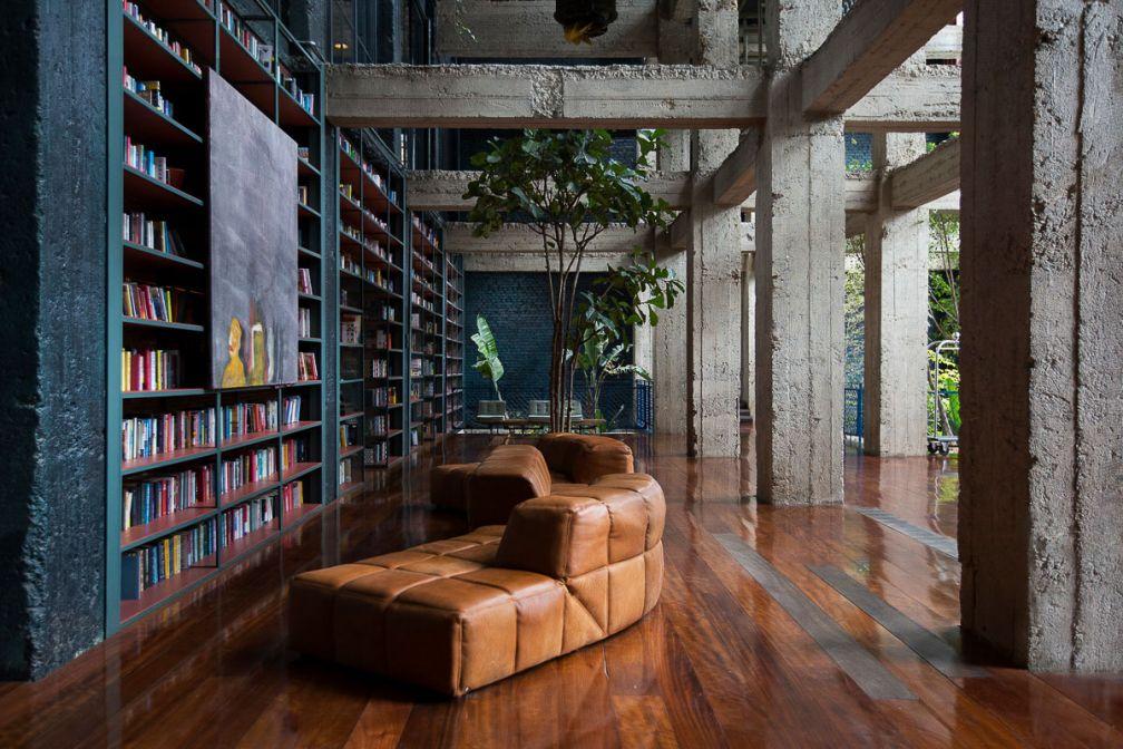 Des milliers de livres peuplent le le vaste lobby du Stamba © DR