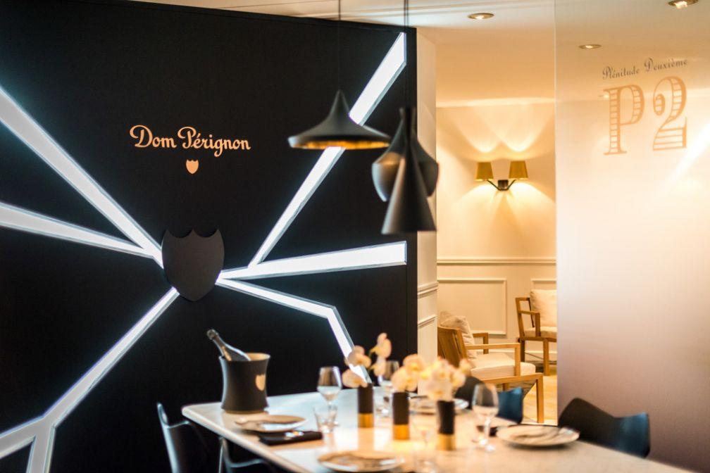 Au coeur de la suite, une splendide table en marbre pour déjeuner ou dîner avec ses amis © Hôtel de Paris