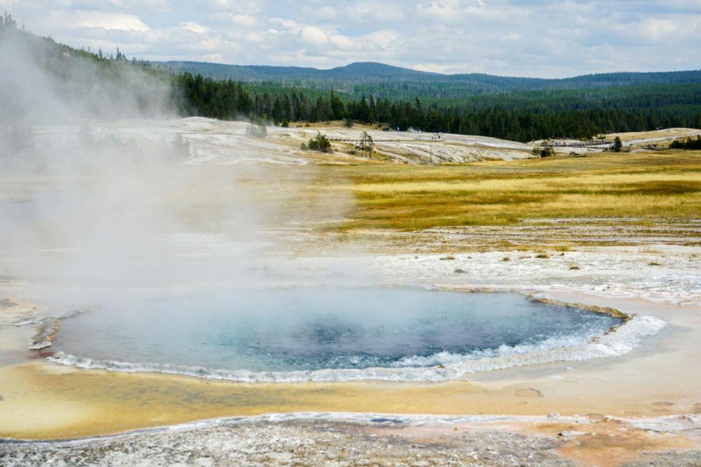 Le parc est également connu pour abriter les deux tiers des geysers de la planète et un bon nombre de sources chaudes © YONDER.fr