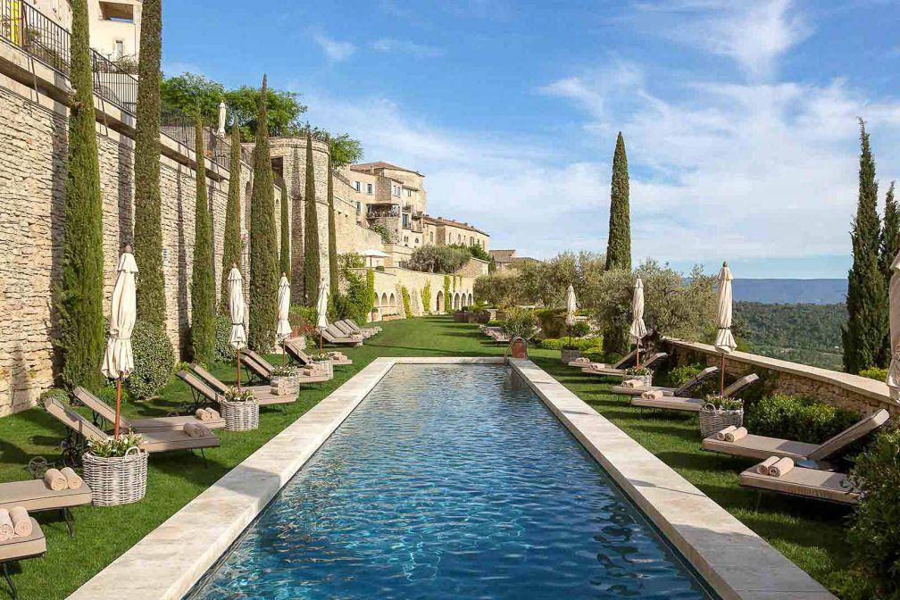 La Bastide de Gordes offre le luxe d'une majestueuse demeure historique, avec une splendide piscine aux vues exceptionnelles sur le massif du Luberon.