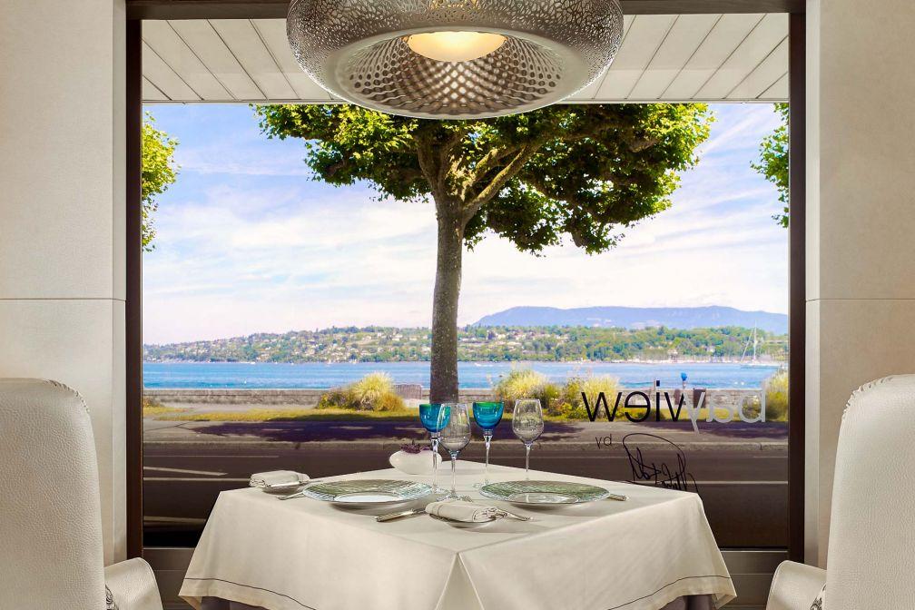 Table avec vue sur le lac Léman au Bayview, le restaurant gastronomique du chef Michel Roth © Grant Symon