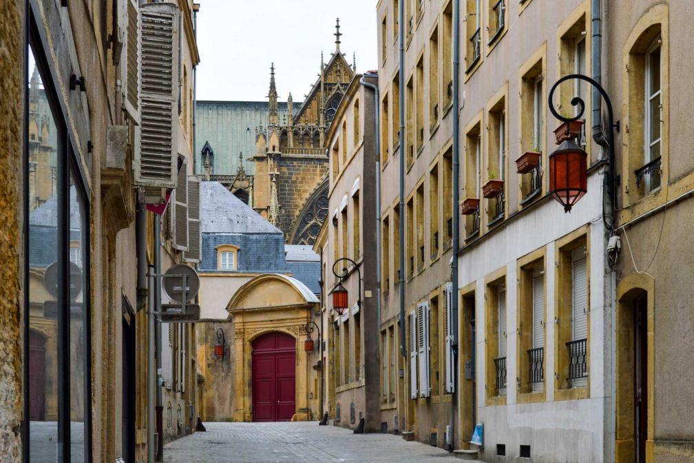 Les tons jaunes et ocres de la pierre de Jaumont donnent aux rues un cachet unique © Pierre Gunther