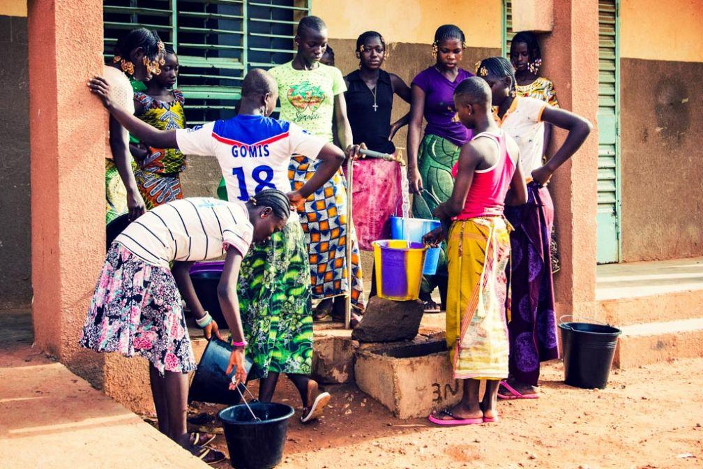 Les filles font des réserves d'eau en prévision d'éventuelles coupures à venir. © Antoine Debontride