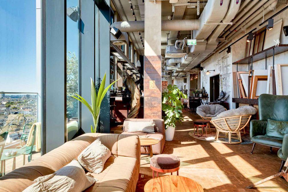 Au dernier étage, le bar avec as terrasse panoramique s'est imposé comme l'une des adresses les plus branchées de Düsseldorf © Steve Herud