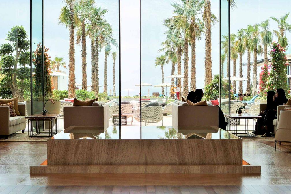 L'allée de palmiers invite à se diriger vers les espaces extérieurs du Mandarin Oriental Jumeira © E.B.Gimbert