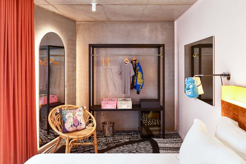 Dans les chambres, décor coloré et aménagement fonctionnel © DR