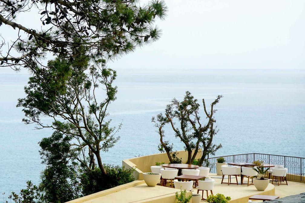 La vaste terrasse du restaurant Tra Di Noï surplombe la mer © YONDER.fr