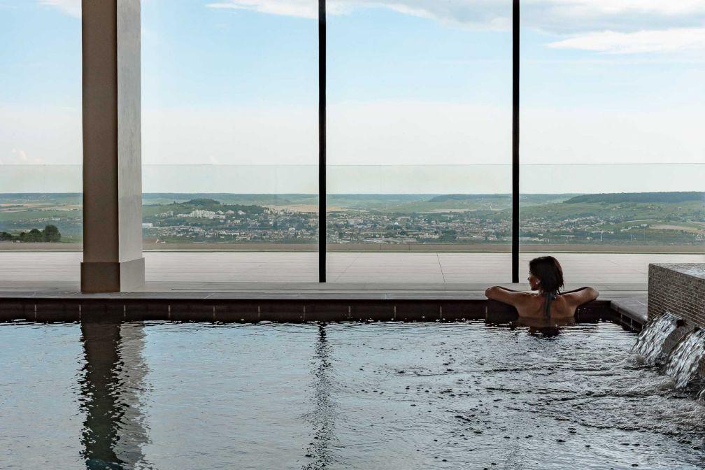 La piscine intérieure, longue de 25 mètres, bénéficie elle aussi d'une vue panoramique © MR. TRIPPER