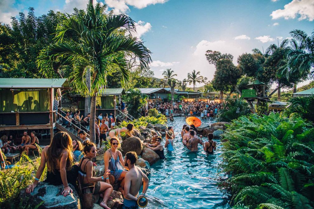 Décor de rêve à la Jungle Party organisée à la Loterie Farm, nichée dans une vallée verdoyante de l'île © Off Brand Project
