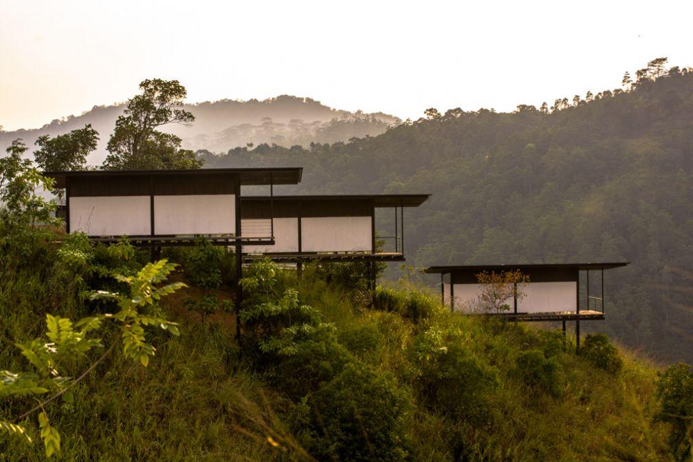 Les 18 chambres et suites, le restaurant, la réception et le spa sont installés dans différents pavillons, parfaitement intégrés dans la nature © Santani