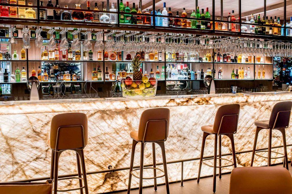 Le bar du Schweizerhof Zermatt, haut lieu de la vie sociale de l'hôtel © Alpimages