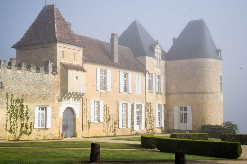 Le légendaire Château d'Yquem, dans la région de Sauternes, légèrement voilé par la brume matinale © YONDER.fr