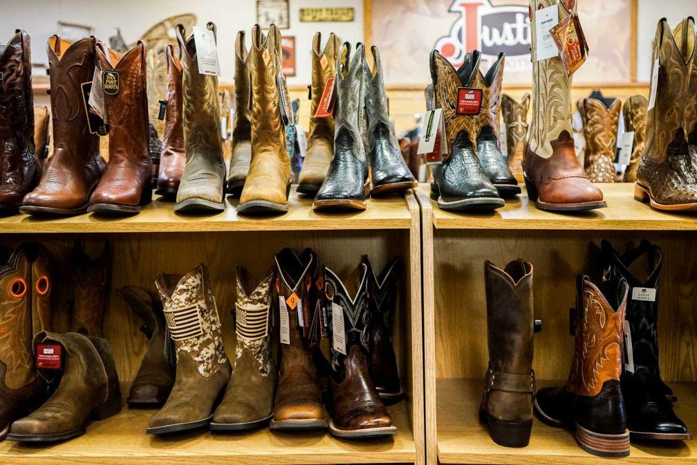 Des rangées entières de boots et autres santiags peuplent les rayonnages de The Wrangler à Cheyenne.