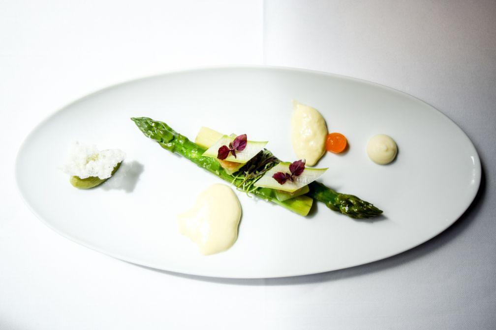 Asperges vertes, concombre yuzu kosho, sabayon huile d'olive © Yonder.fr