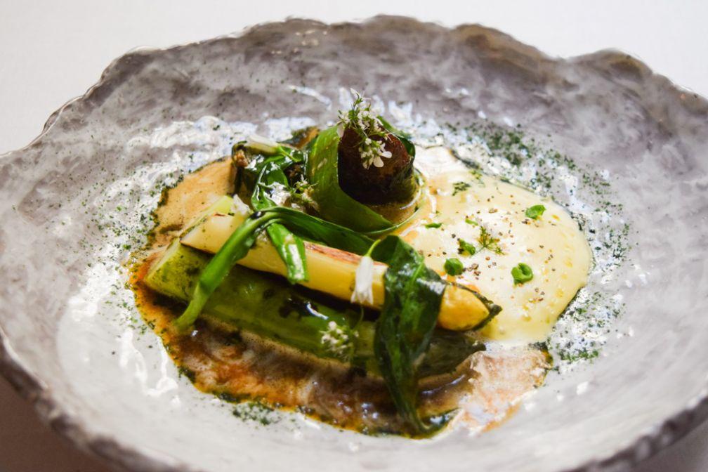 Asperge verte de Pertuis / grillée-vapeur morille française farcie / sucs de cuisson au vin jaune © Yonder.fr