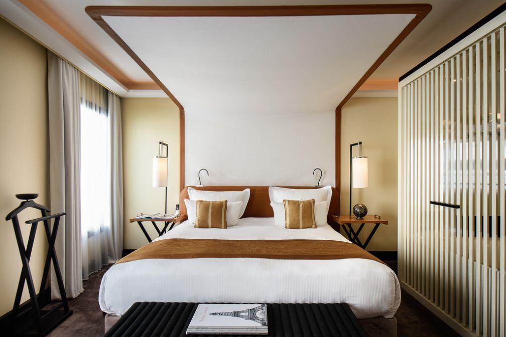 Aperçu d'une chambre Deluxe, avec son impressionnant lit au baldaquin futuriste © Five Seas Hotel