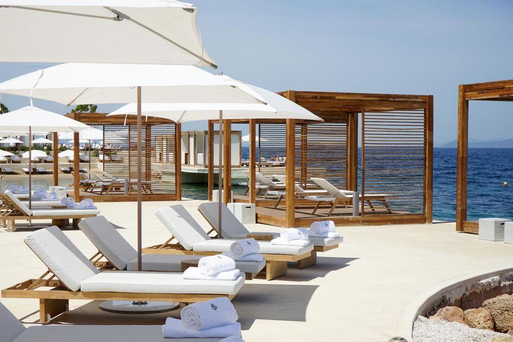 Au bord de la mer, des chaises longues par dizaines © YONDER.fr