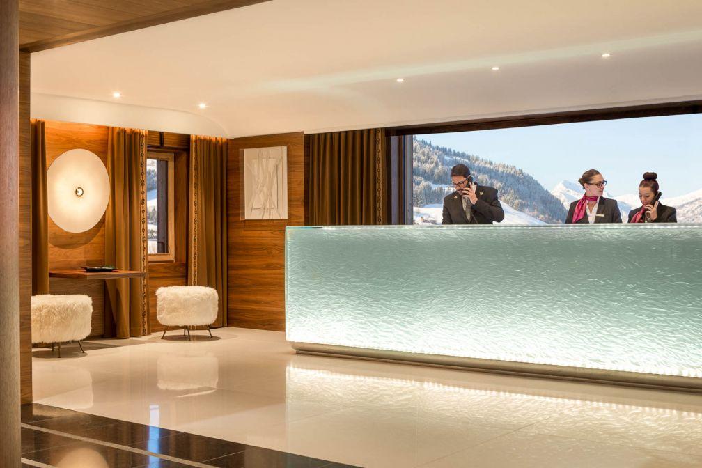 Vues sur la vallée et bloc en verre évoquant un glacier à la réception © Four Seasons