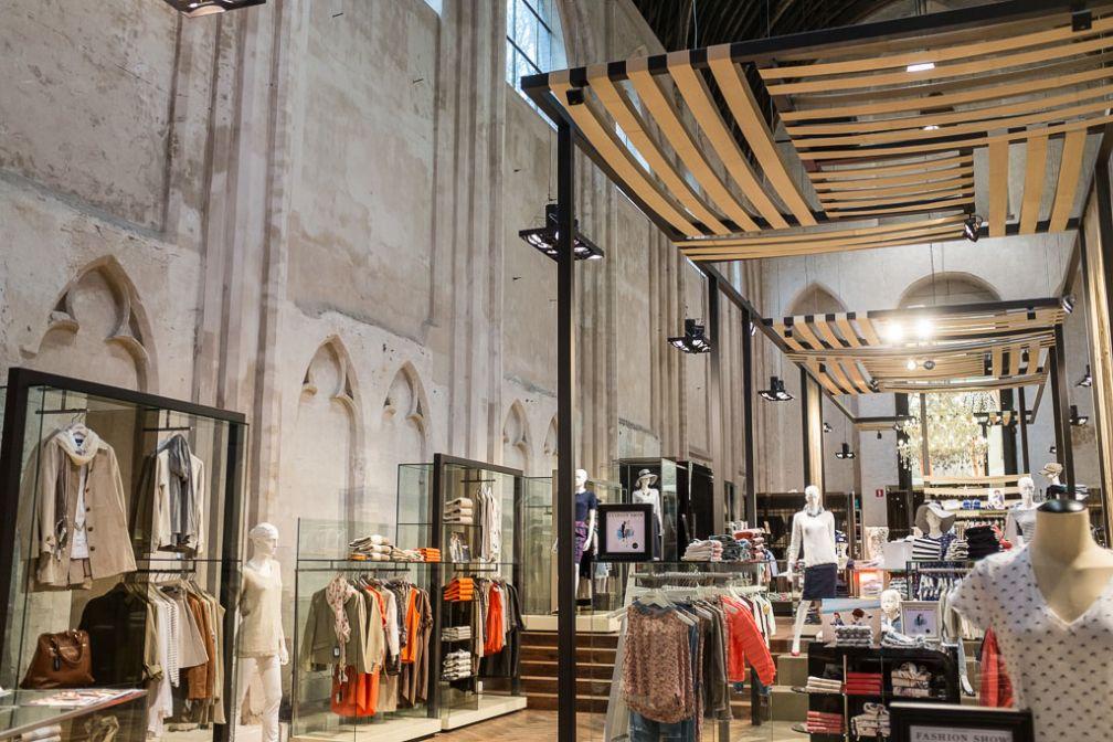 Ancienne église transformée en magasin (McGregor) en plein centre-ville © Yonder.fr