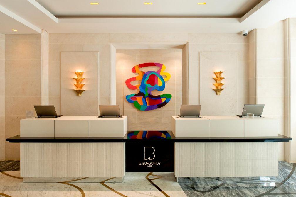 Le comptoir d'accueil blanc et beige de la réception a été conçu par le jeune ébéniste Luc Avenel © Le Burgundy
