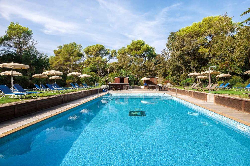 Une piscine extérieure chauffée est à la disposition des hôtes du Mas © DR