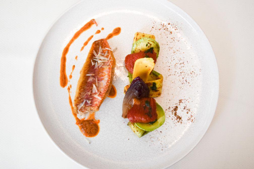 Toujours dans le Menu Méditerranée, les Filets de rouget barbet poêlés, courgettes et tomates © Yonder.fr