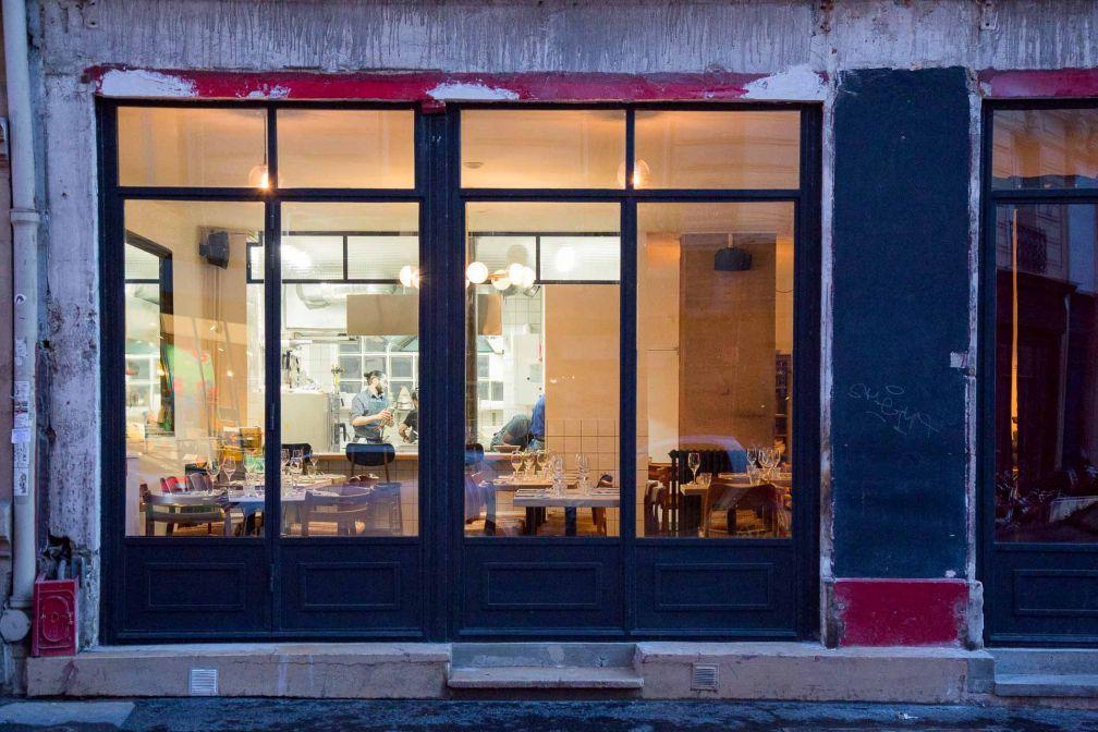 La façade anonyme, ou presque, du restaurant, rue de la Fontaine au Roi (Paris 11ème) © Robert