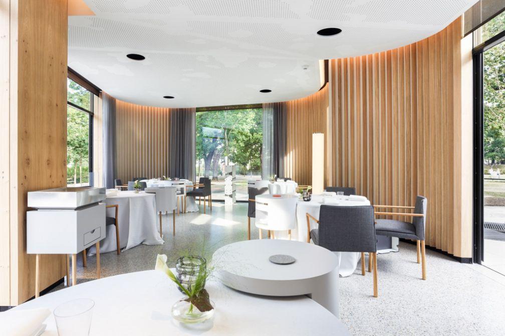 ... et élégante salle à manger, lumineuse et intimiste, découpée en plusieurs branches s'avançant dans le parc © Steirereck GmbH
