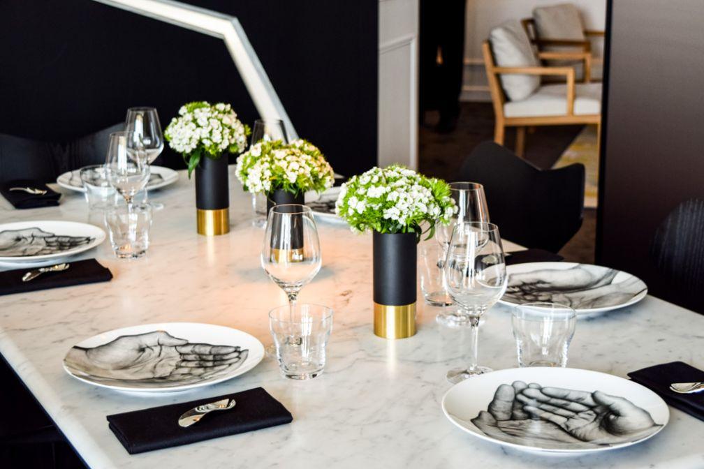 C'est sur cette table que le repas imaginé par Alain Ducasse pour sublimer la cuvée P2 (1998) de Dom Pérignon est servi © Yonder.fr