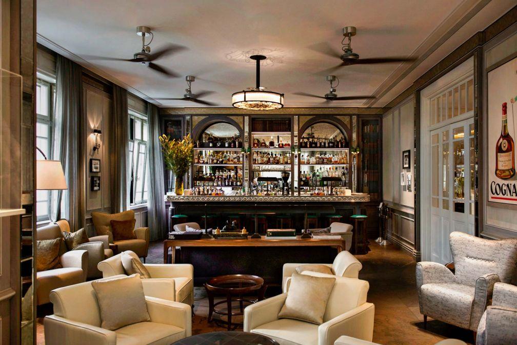 Au rez-de-chaussée de l'hôtel, le Library Bar est le spot idéal pour un cocktail avant ou après le dîner © Sivan Askayo