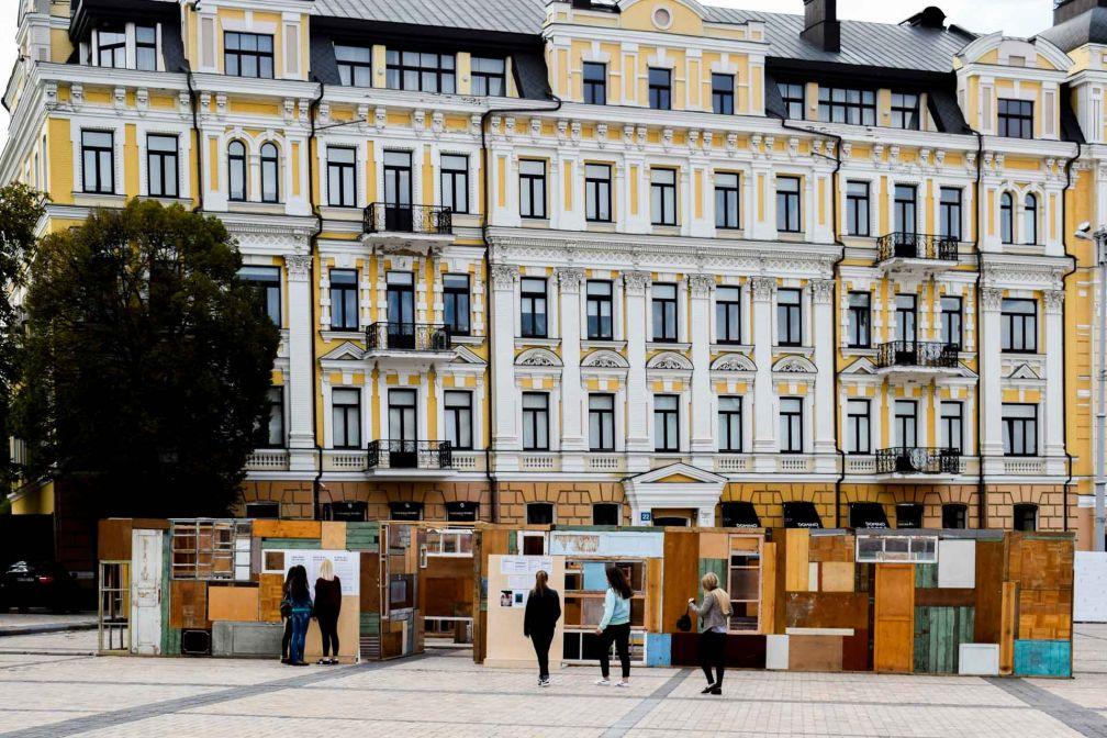 En face de la Cathédrale, une oeuvre d'art rend hommage aux disparus originaires de la région de Donetsk dans l'est du Pays, depuis le début du conflit avec la Russie en 2014 ©