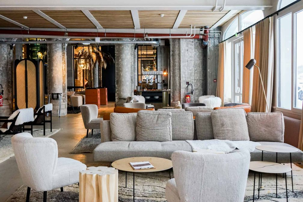 Décor contemporain et confortable dans les salons du Janssen Bar © YONDER.fr