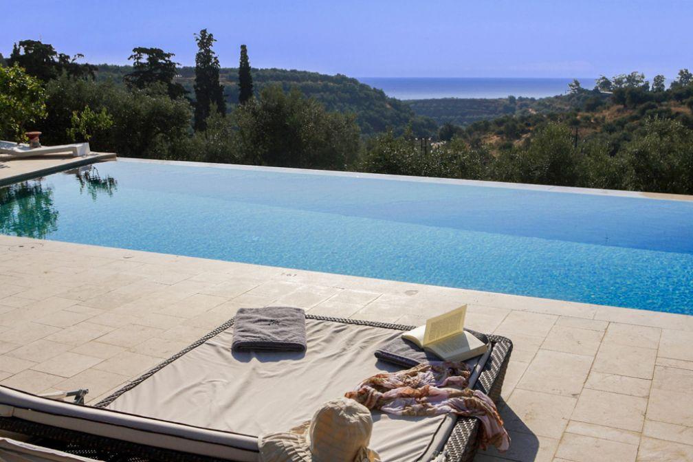 L'hôtel de dispose de deux piscines dont ce bassin intimiste, façon infinity pool © Kinsterna