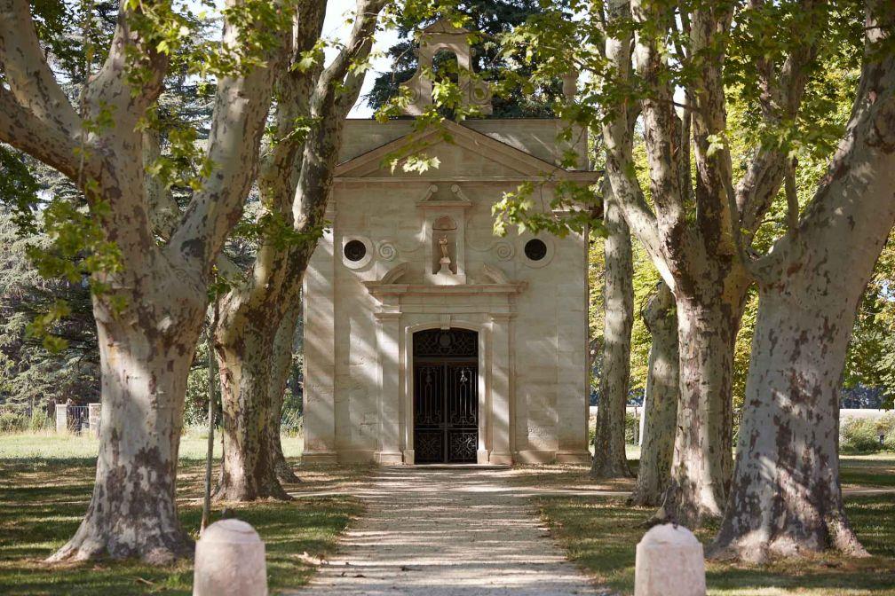 Dans le parc du Château, une charmante chapelle, elle aussi méticuleusement restaurée © DR