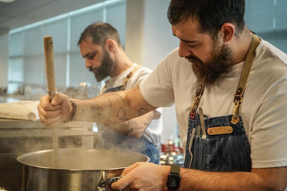Les frères Christian et Manuel (à droite) Costardi préparent un risotto dans leur restaurant de Vercelli. © DR