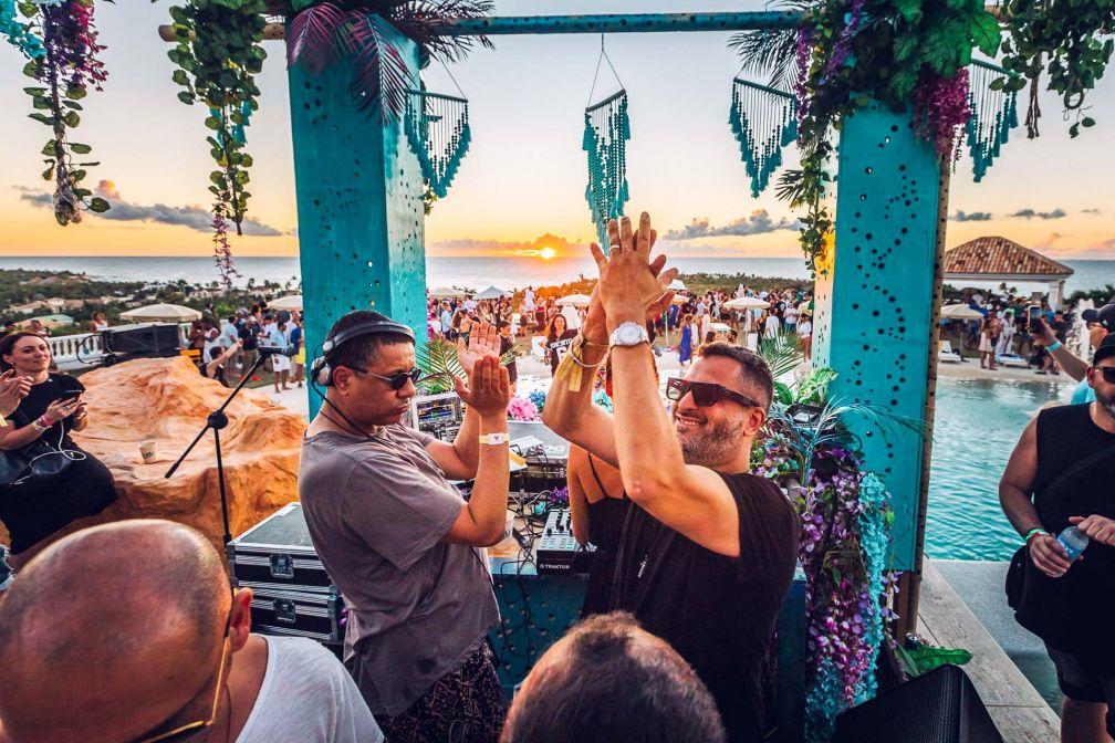 Moment de communion autour de Julian Prince (à droite) pendant la Villa Party © Off Grand Project