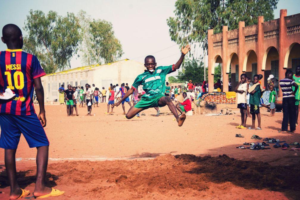 L'épreuve sportive du CEP est la seule à laquelle il m'a été donné l'opportunité d'assister. La grande cour se transforme pour l'occasion en un immense terrain de sport, où saut en longueur et sprint sont organisés. © Antoine Debontride
