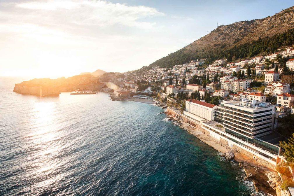 Au premier plan, l'Excelsior Dubrovnik, hôtel mythique de la côte croate, récemment rénové © DR