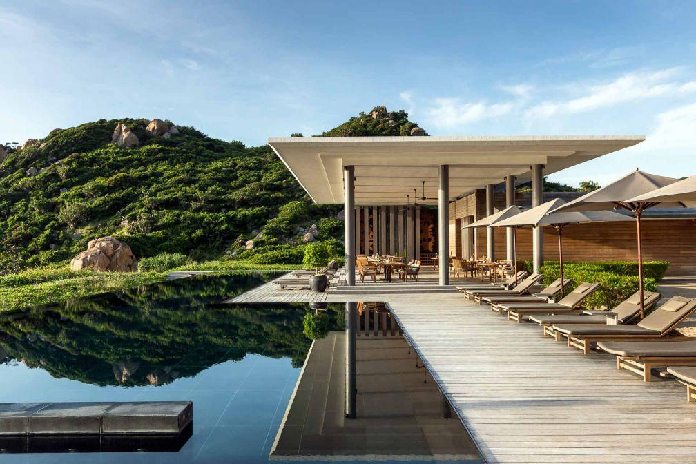 Le Beach Club, pavillon contemporain posé au bord de la plage, dispose de sa propre piscine, longue de 50m © Aman