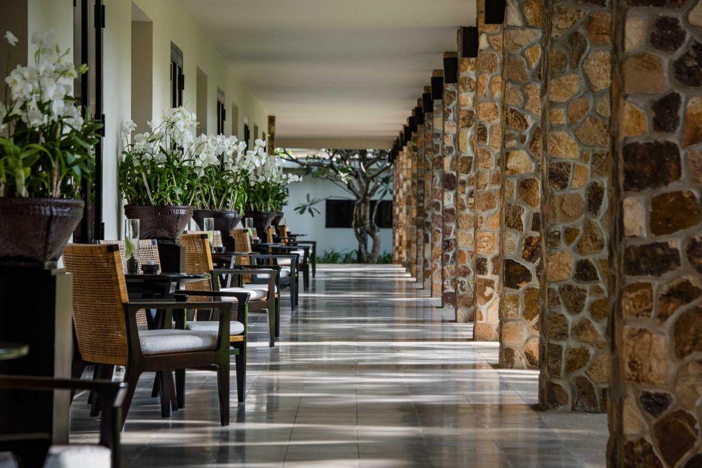 Les couloirs de l'aile contemporaine d'Amansara sont ouverts sur l'extérieur © Aman