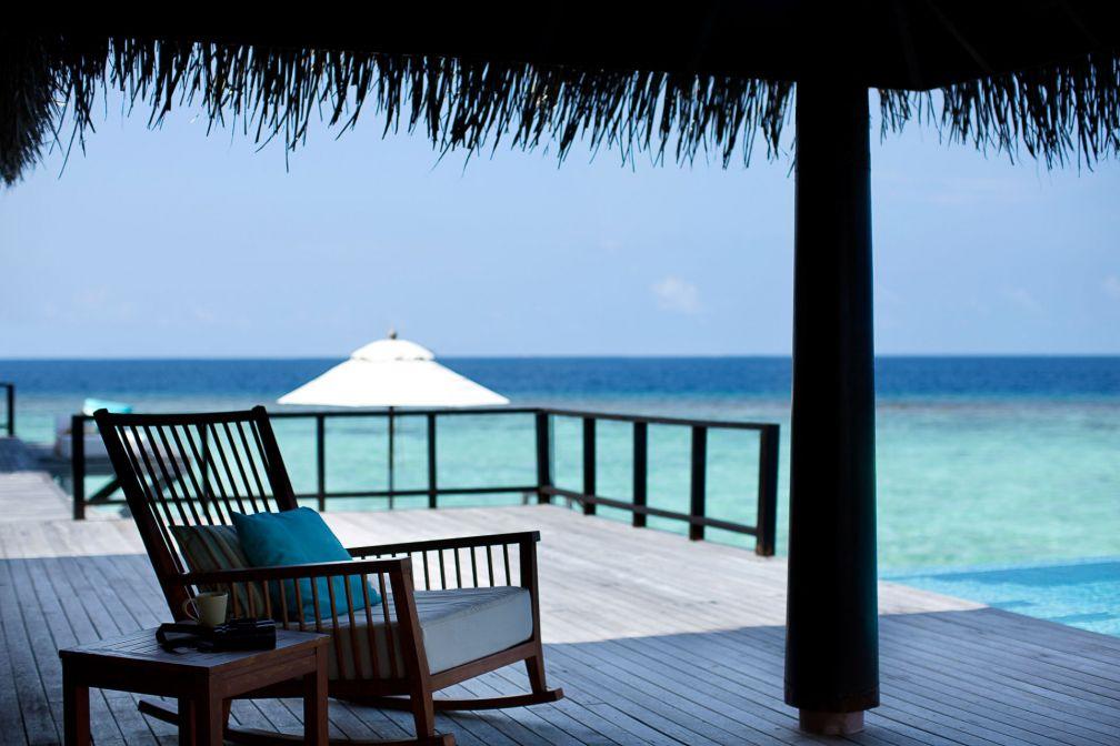 Anantara Kihavah Maldives Villas : deck avec vue dans l'une des résidences sur pilotis © DR