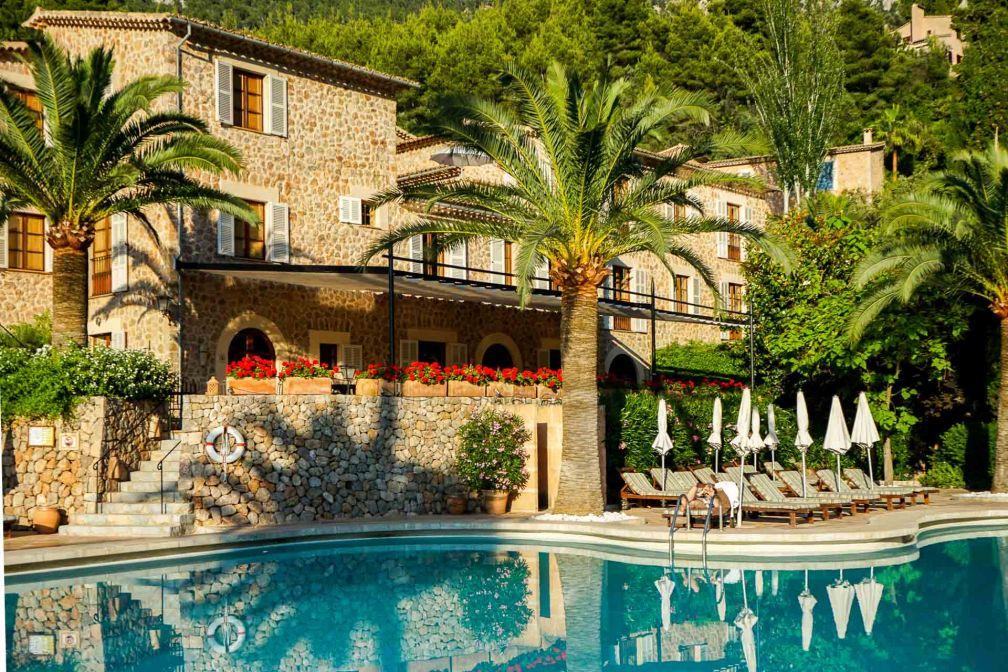 Coucher de soleil sur la piscine principale du luxueux hôtel © YONDER.fr