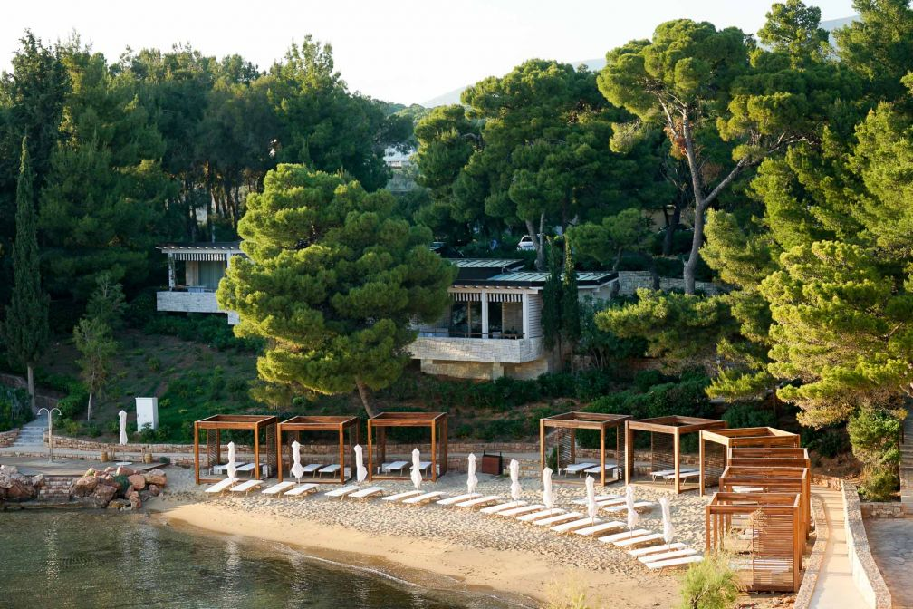 L'une des plages privées du Four Seasons Astir Palace Hotel Athens. C'est dans cette partie du complexe que sont installés les bungalows © YONDER.fr