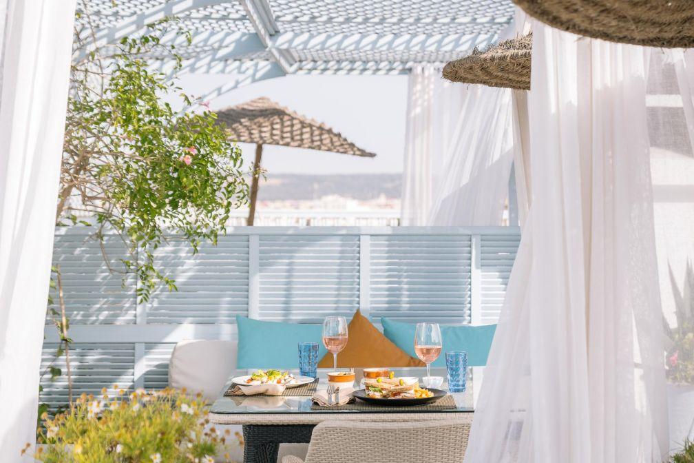 Déjeuner estival sur la terrasse de l'Heure Bleue Palais © DR